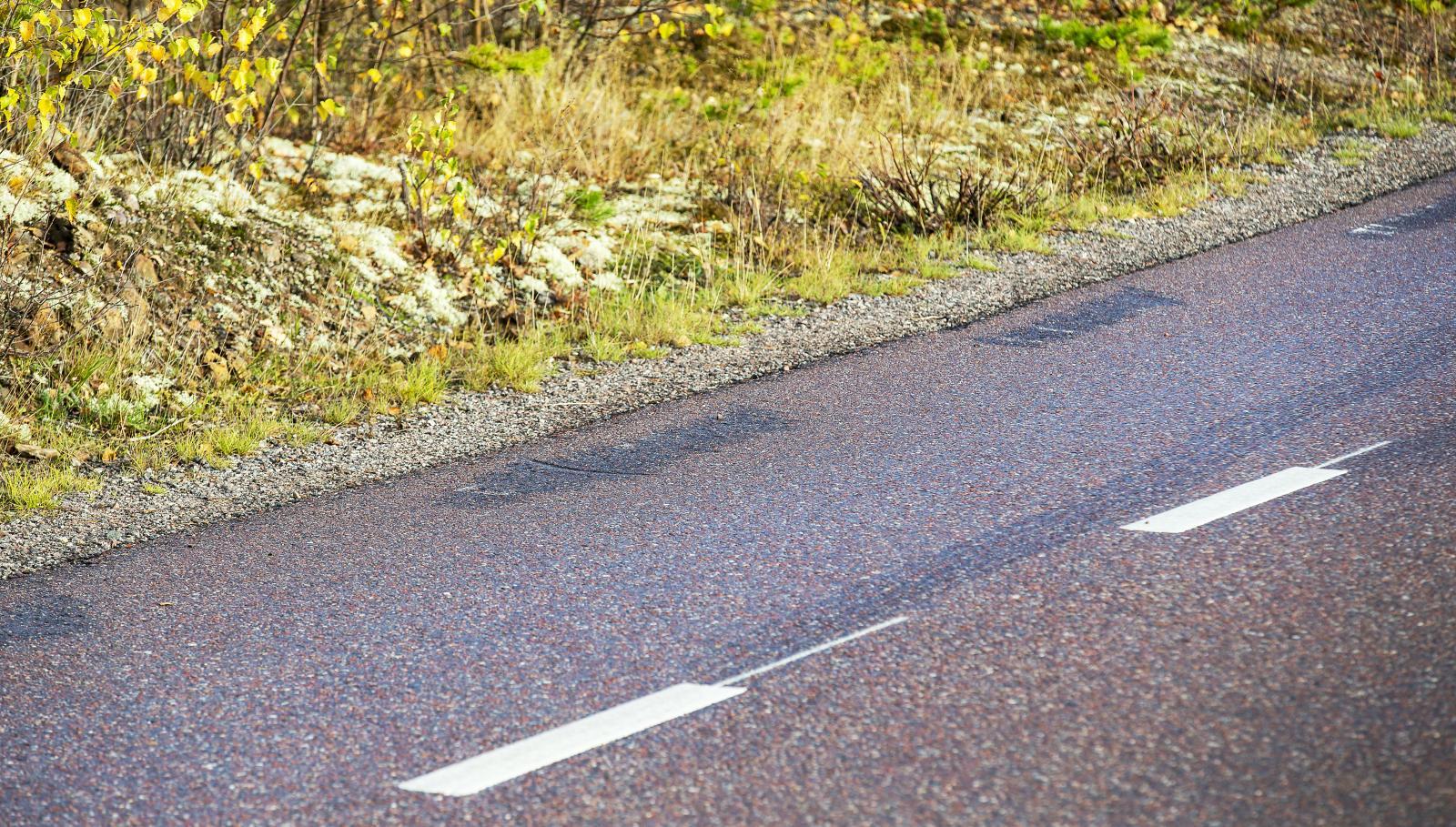 Ränderna går inte ur asfalten, än syns de gamla sidolinjerna.