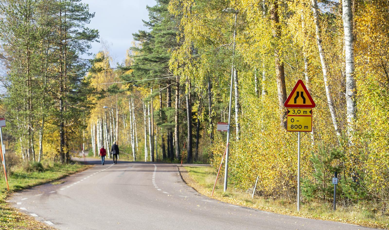 Varning för avsmalnande väg, mer än så skyltas inte bygdevägen i Falun.