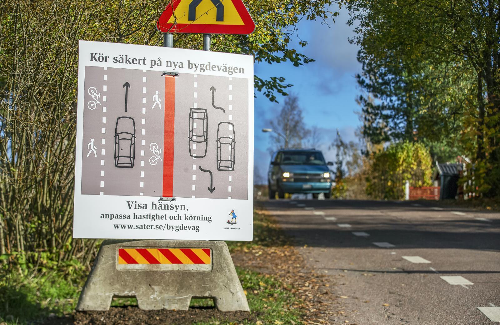 Speciell skylt på Morbyvägen i Gustafs. Säters kommun vill förtydliga hur man ska köra på den nya bygdevägen. Glasklart?