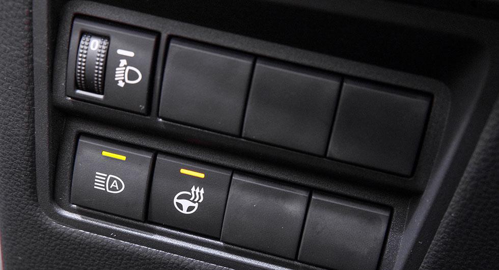 Automatiskt helljus och rattvärme i Yaris. Höjdreglering av LED-strålkastaren får föraren göra.