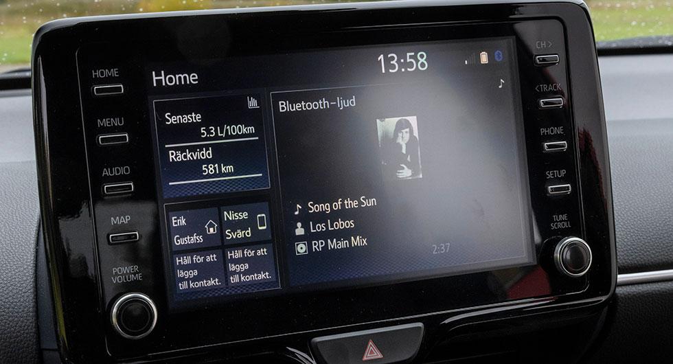 Mediaenhet inlånad från Corolla. Menysystemet är huvudsakligen textbaserat och småstökigt, men man vänjer sig...