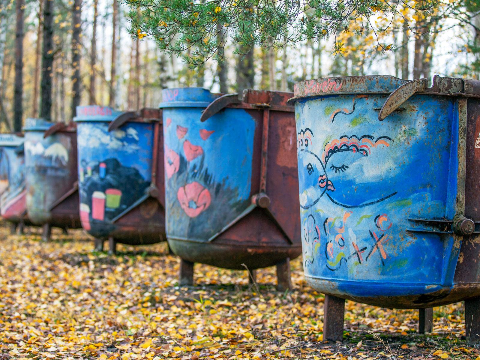 Konst på rostiga korgar, utställningen finns vid utsiktsplatsen i Forsby.