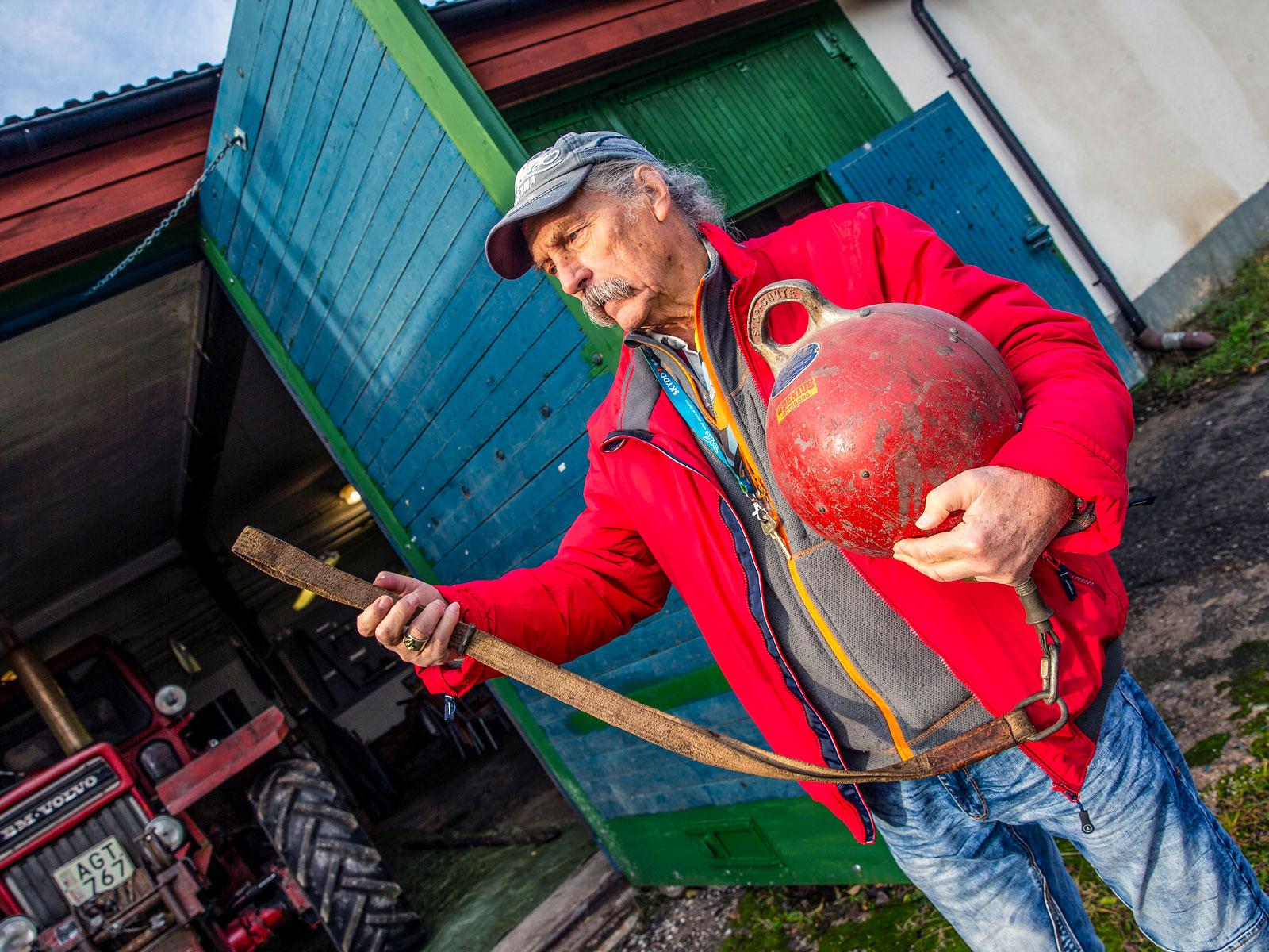 Fast uppe i linbanan? Klaus-Jürgen Schmidt förevisar räddningsbojen: haka fast öglan, trä på dig selen och hoppa!