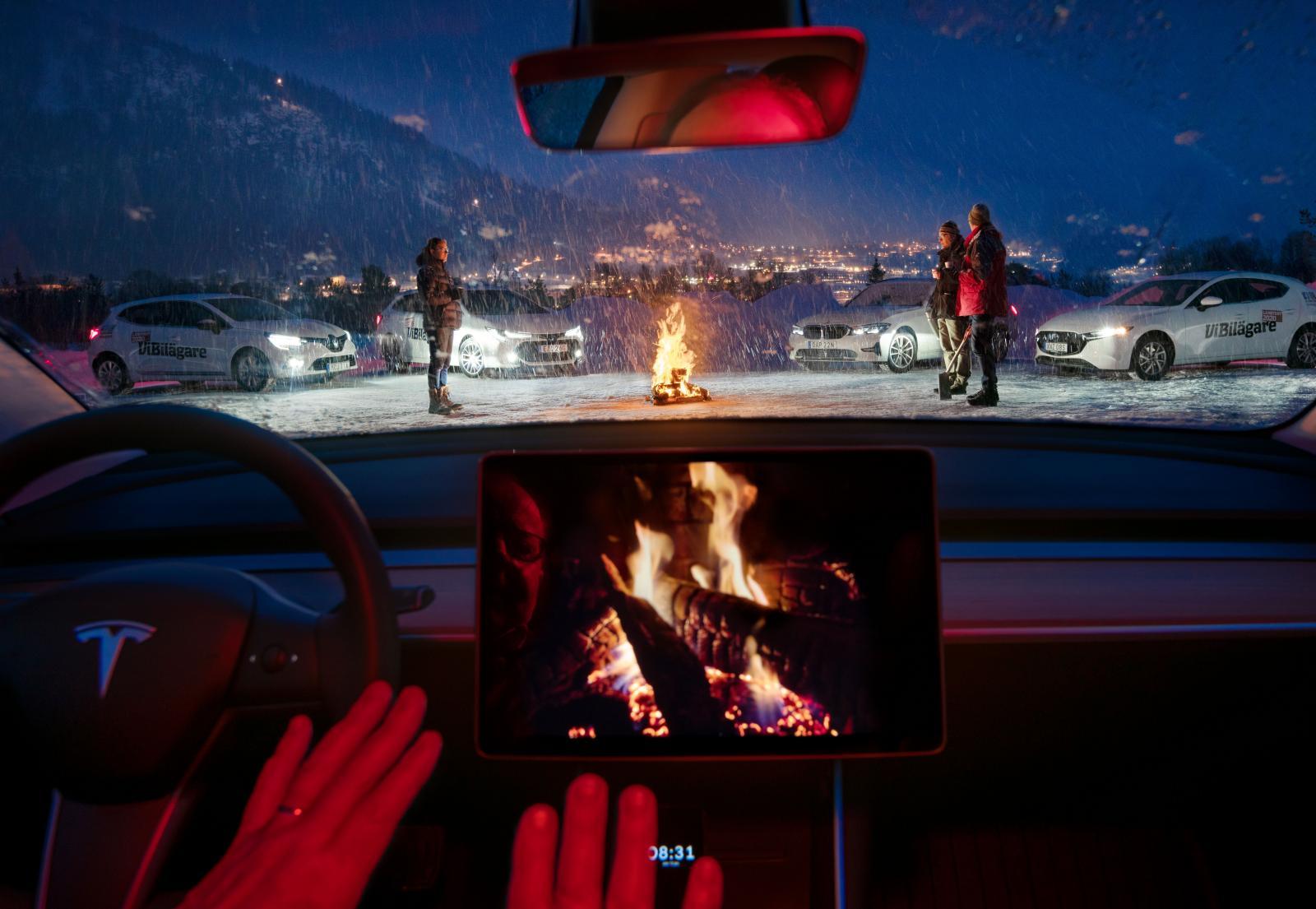 Att sitta och vänta i bilen är mysigast i Tesla som kan bjuda på sprakande brasljud och maximal kupévärme. Det finns även inbyggt Netflix.