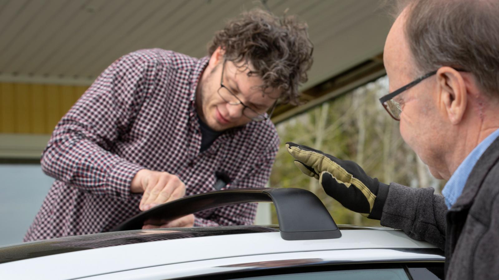 Priset på orginal taklastbågar har inget med montering att göra. Teslas är dyra och krångliga.
