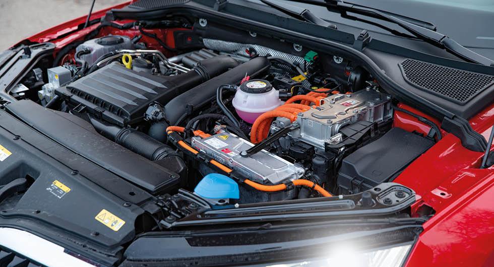 Bensinaren ger 150 och elmotorn 115 hk. Max systemeffekt är 204 hk.