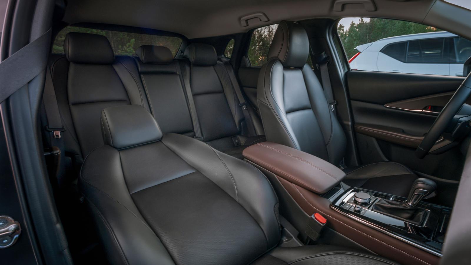 Mazdas kupé känns ombonad och rätt mysig, i alla fall för dem där framme. Utrymmena överlag är inte lika bra som i Skoda och Volvo, men baksätet är skönast att sitta i av de tre. Välgjord läderklädsel är standard i Cosmoversionen.