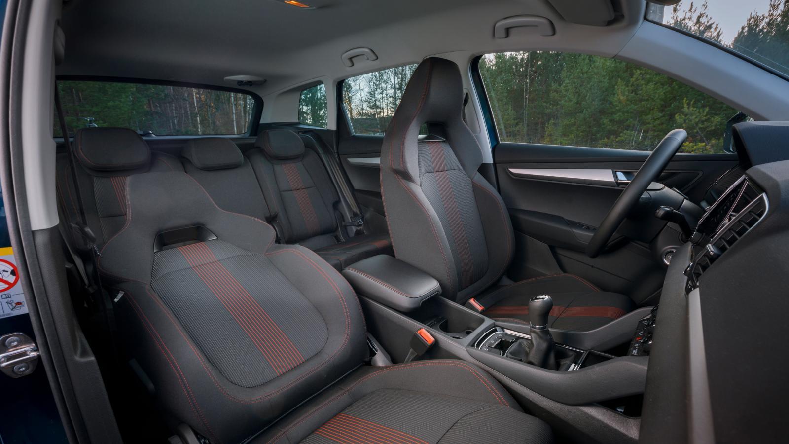 Skoda har bäst kupéutrymmen, dessutom med stora fönsterytor som bidrar till rumskänslan. Enkla men oömma inredningsmaterial. Ingen av bilarna har nackskydd som kan regleras i vinkel.