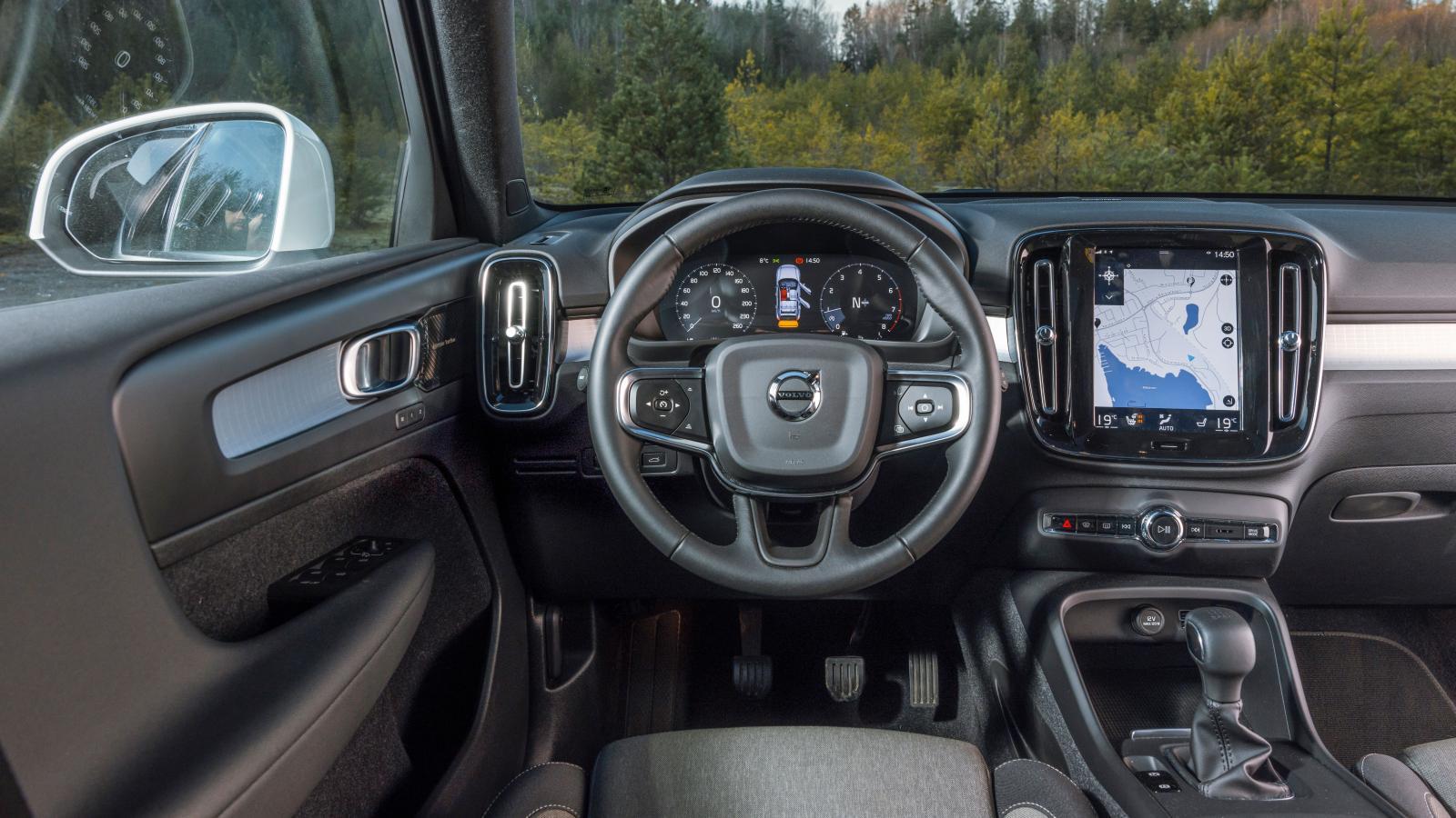 Volvo: Få knappar på instrumentpanelen, det mesta styrs från skärmen eller med knapparna i ratten. Pekjusteringen av värme och elstolar är omständlig.
