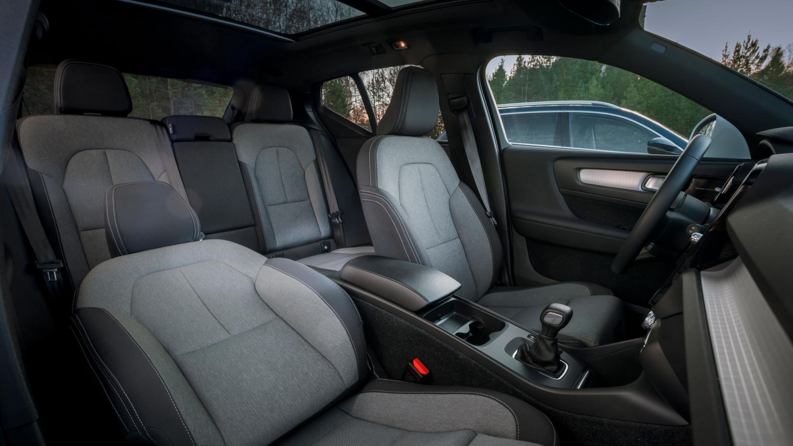 Volvos textilklädsel ger ett propert intryck och utrymmena räcker till utan att vara märkvärdiga. Sköna stolar, men rätt instängt i baksätet på grund av fönsterlinjen och man sitter ovanligt upprätt.