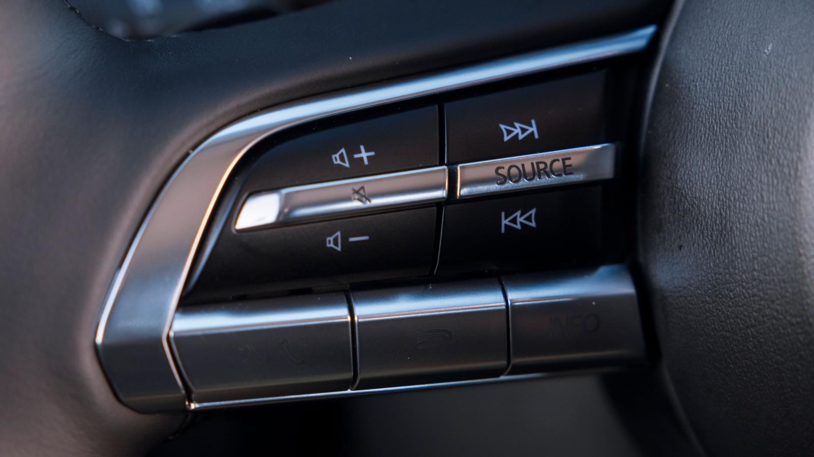 Eleganta rattknappar i Mazda men i dagsljus syns symbolerna i undre raden inte alls.