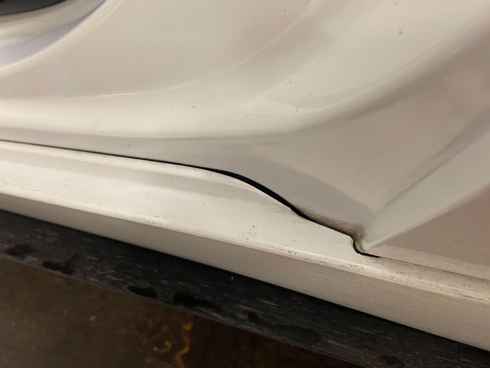 Stora glipor på Mazdas plasttrösklar.