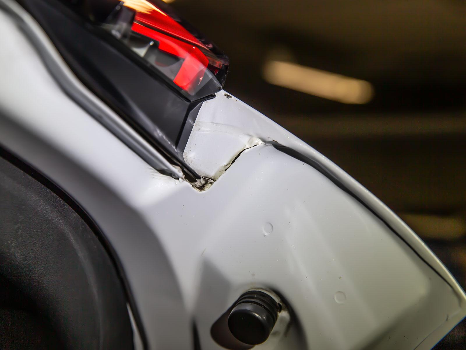Sprickbildningar i karosskarvarna på Teslas baklucka imponerar ej. Rostrisk!