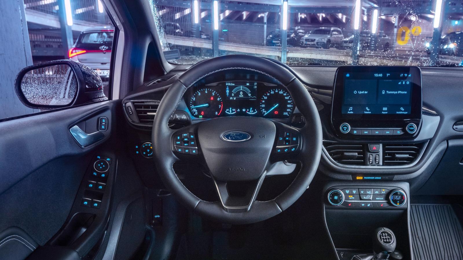 Ford Fiesta av 2021 års modell har många ljuspunkter. Belyst sidospegelreglage (i dörrhandtaget) tillhör inte vanligheterna i småbilsklassen.