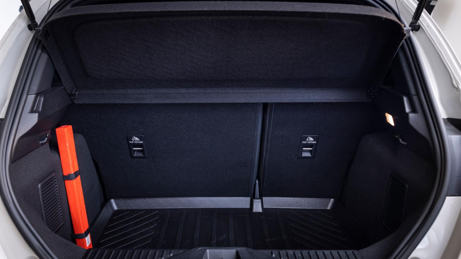 Enligt VDA-normen rymmer Fiestas nästan kvadratiska bagageutrymme 292 liter. Hjulhusen har täckts bakom raka plastkåpor, det underlättar utrymmeseffektiv lastning av kantiga föremål. Mycket markerad inre lasttröskel. Inga lastsäkringsöglor. Baksätet fälls i 60/40 proportion, markerad tröskel.