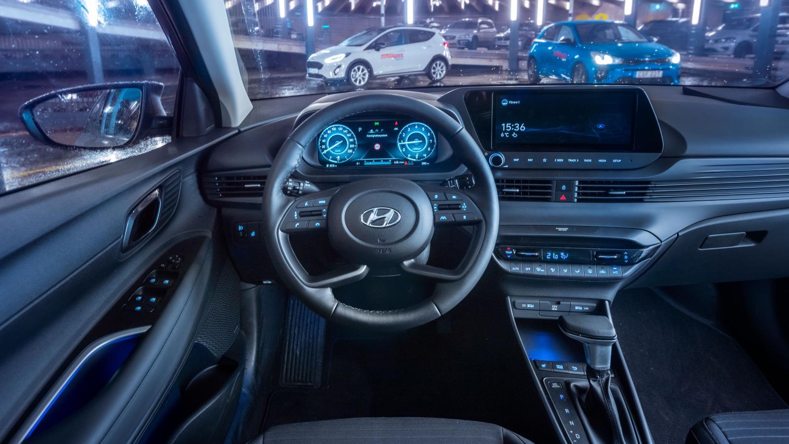 Hyundai: Modern form med drag från vätgasbilen Nexo. Dörrhandtagen och dörrfickorna har ljusblå LED-belysning. Påminner inte ratten om den i Audi A6?