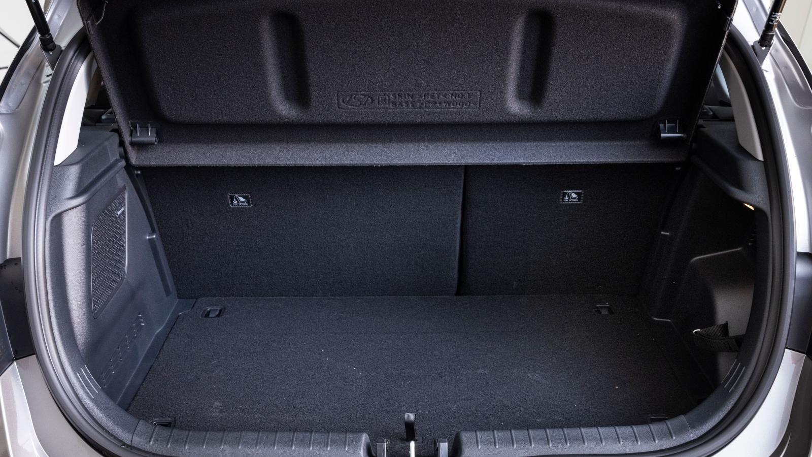 Hyundai: Hatthyllan har ett spår strax bakom baksätesryggen och behöver inte lämnas utanför bilen om man lastar något som kräver höjd. Det dubbla lastgolvets krokar är anpassade för ett förvaringsnät, inte för att säkra tyngre last. Ingen tröskel vid fällt baksäte (60/40). Djup och repkänslig stötfångare.
