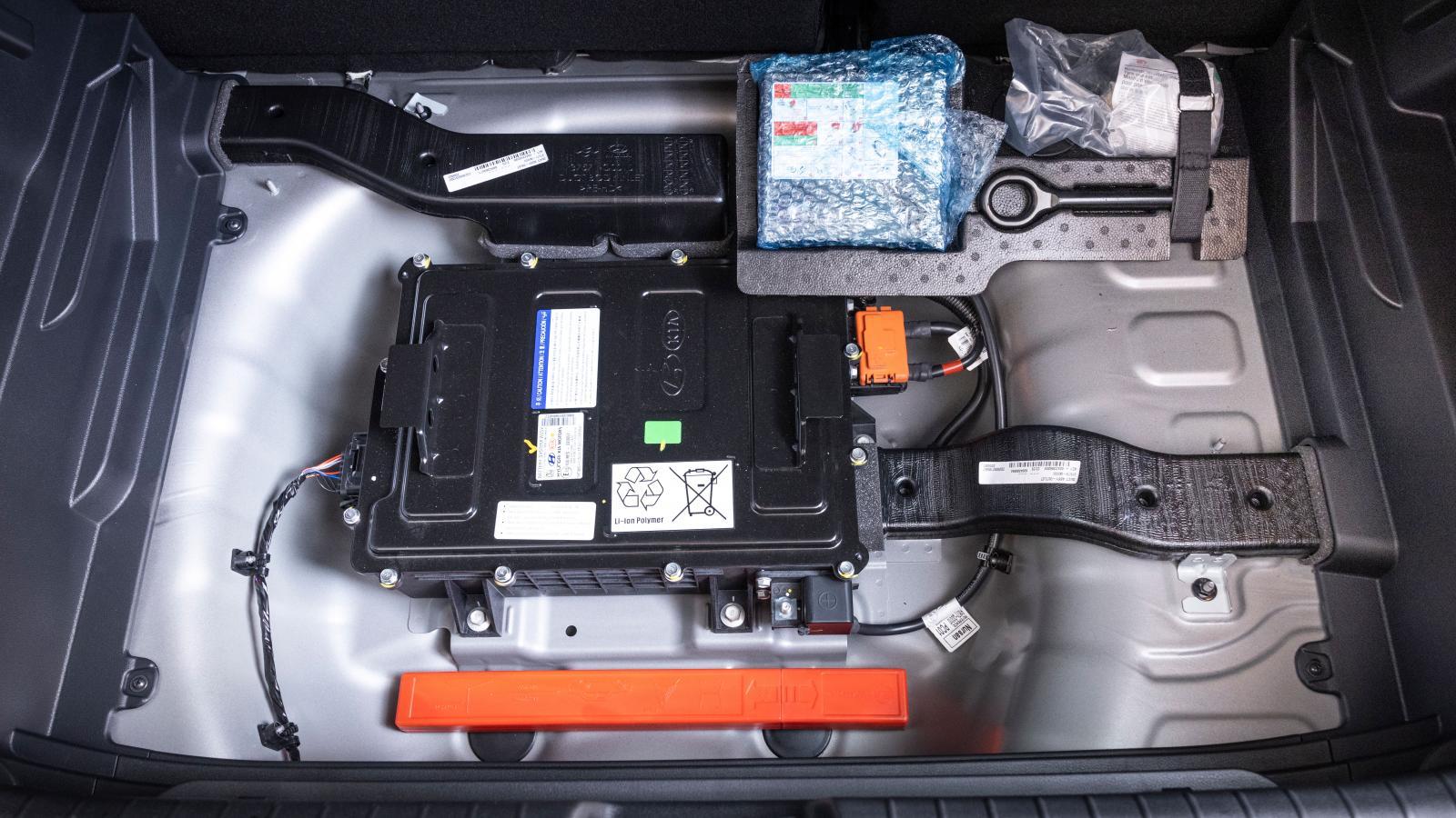 Ordning och reda i Hyundai. Litiumjonbatteriet till 48-volts systemet är luftkylt, värmen från batteriet går ut i kupén. I låga hastigheter kan kylfläktens brus höras i baksätet. Kias installation är identisk, Ford gömmer 48-voltsbatteriet under passagerarstolen.