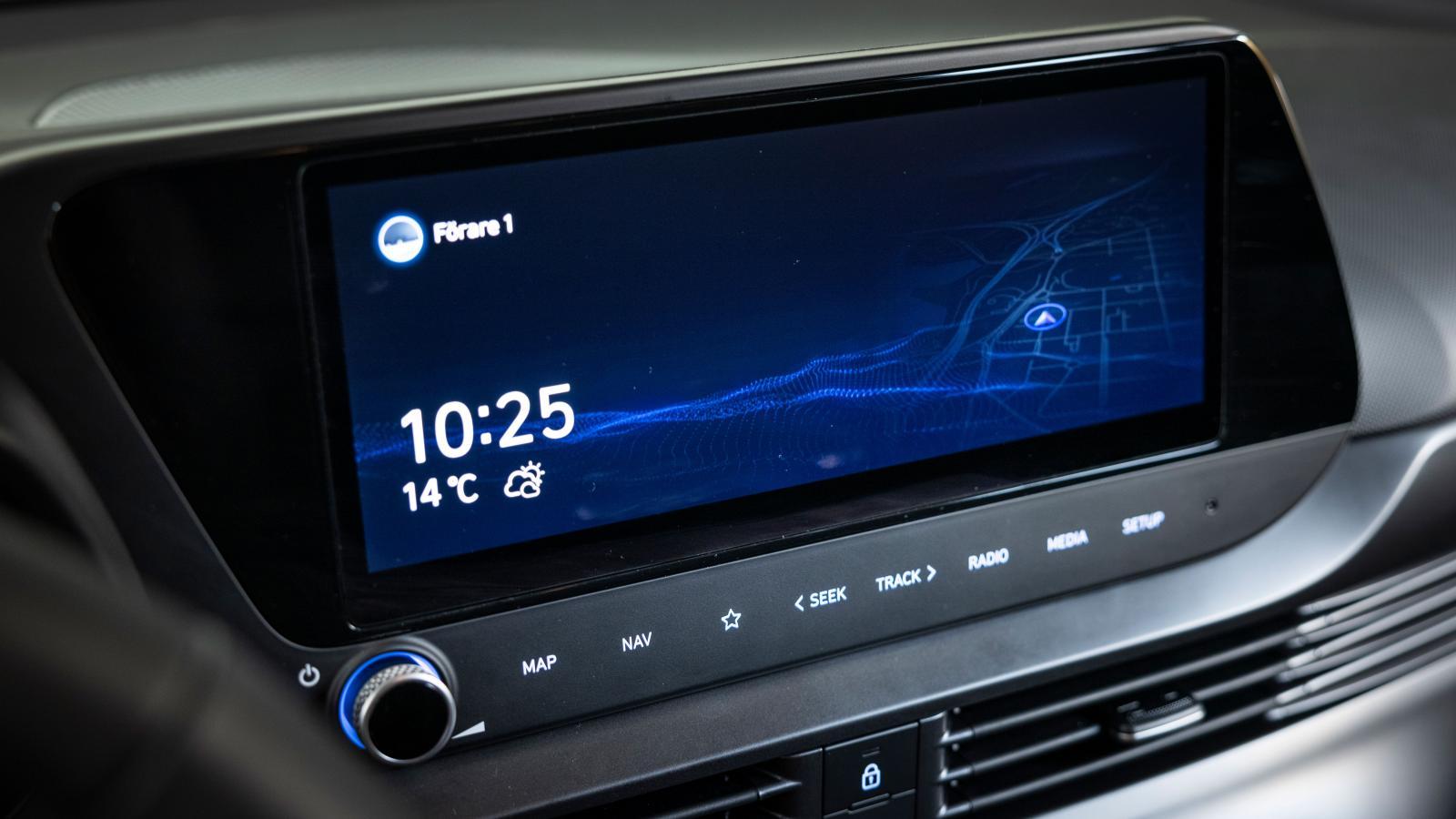 Hyundai: Elegant grafik. Körprofil, tid, yttertemperatur och rådande väder. Flerdygnsprognos finns. Touch-knappar i nederkant, den matta ytan lär med tiden bli blanksliten. Omfattande menysystem.