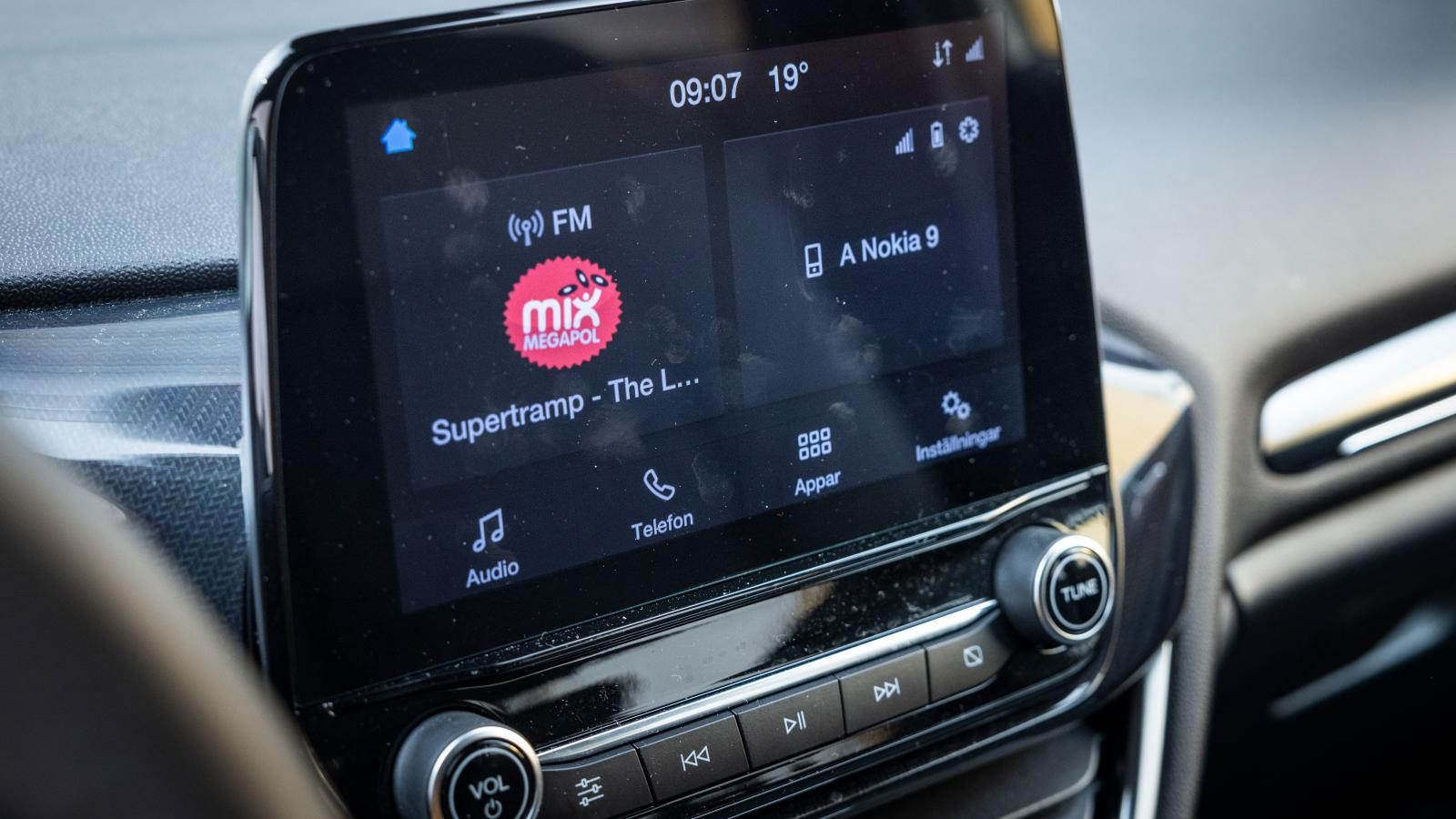 Ford: Rätt upp och ned. Skärmen kommer nära föraren (allt för nära menar en del) och är lätt att nå. Tydliga fysiska knappar och vred. Plus för att skärmen kan släckas helt med ett knapptryck.