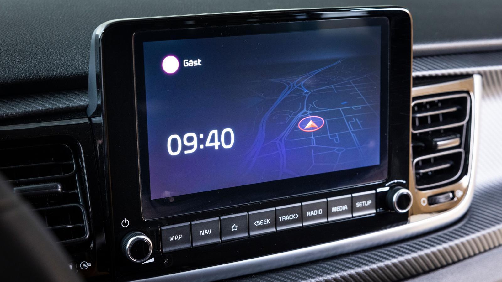 Kia: Identiskt mediasystem med i20, men mindre skärmyta. De fysiska knapparna och klassisk ratt för radiofrekvens uppskattas. Likt Hyundai kan skärmen släckas men blir inte helt svart som i Fiesta.