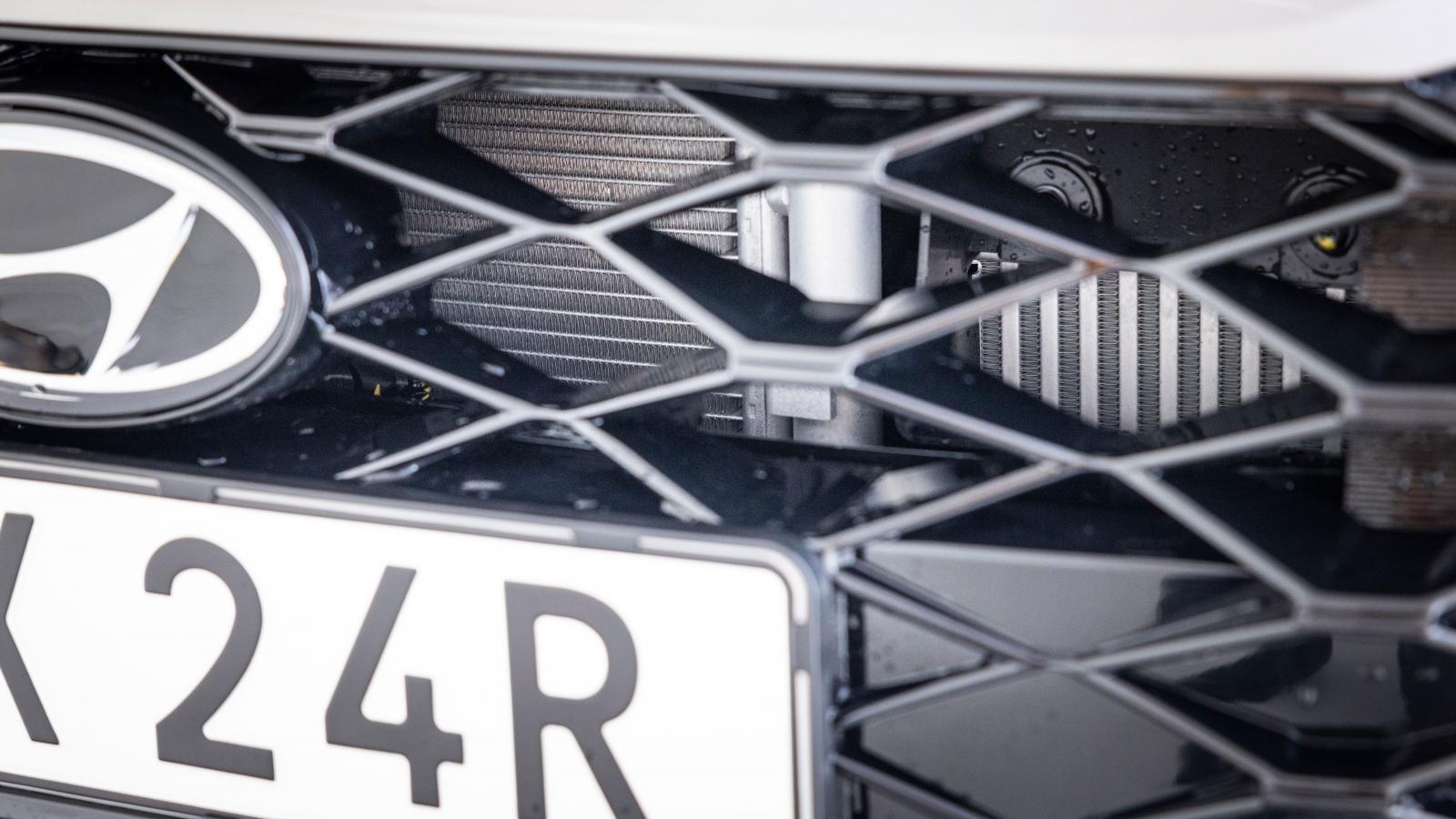 Glest mellan tänderna. Kylare och AC-komponenter sitter utsatt i Hyundai.