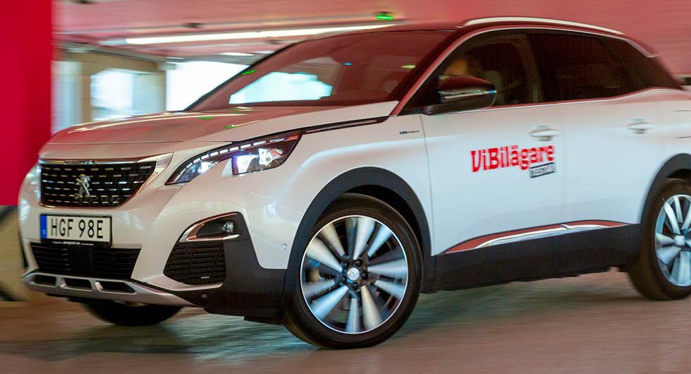 Jaså, du vill spara pengar på att välja en laddhybrid? Så enkelt är det inte alltid. Peugeot 2008 med laddkontakt kostar hela 18 700 kr att serva de första 6 000 milen – jämför det med exempelvis Skoda Superb iV som kostar 5 300 kr.