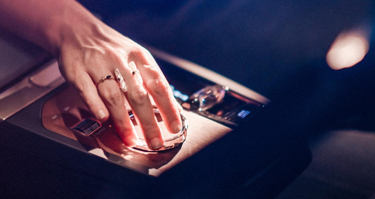 Det fysiska kontrollvredet blir kvar trots att många andra bilmärken går över mer mot pekskärmslösningar.