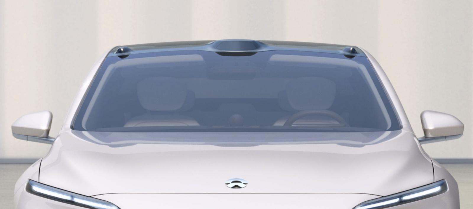 """Nios självkörande system är egenutvecklat och några av sensorerna sticker upp på taket. Det består av elva kameror, en lidar, fem radarsensorer, tolv ultraljudssensorer och två """"positioneringsenheter""""."""