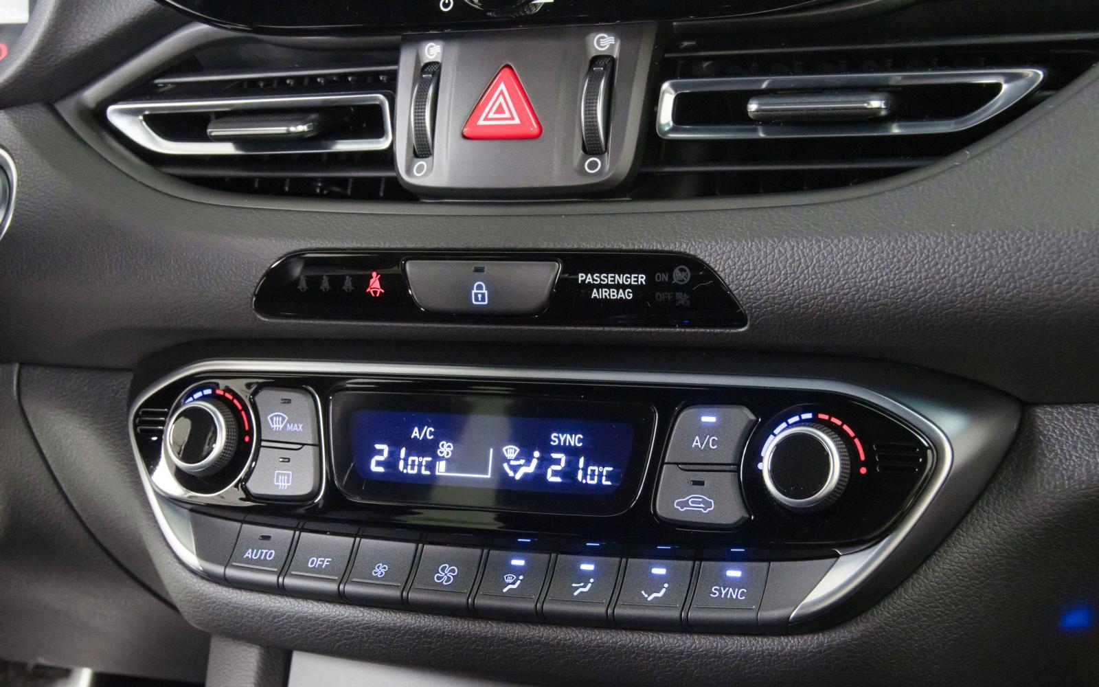 Att i30 är äldst märks på klimatanläggningen med tydliga knappar, en för varje funktion. Jämfört med pekskärmslösningen i Golf/Leon känns det enkla handhavandet lyxigt och påkostat.