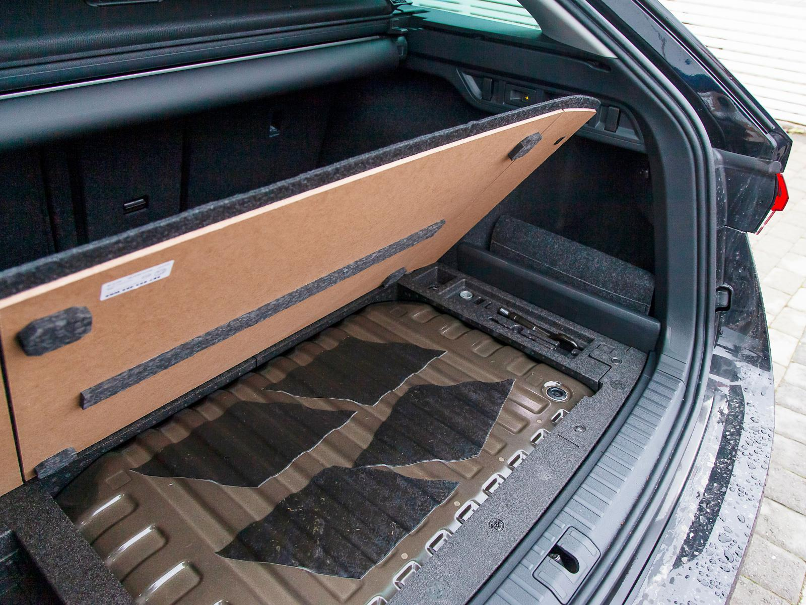 Gastankarna sitter numera under lastutrymmets golv och möjliggör 495 liter för övrigt bagage.