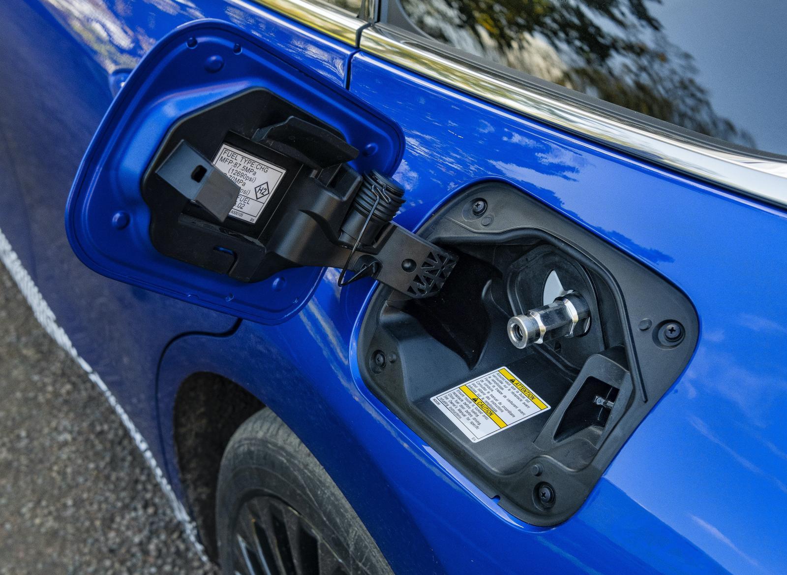 Bränslecellsbilen tankas på samma sätt som en gasdriven bil. Trycket i tankarna är 700 bar.