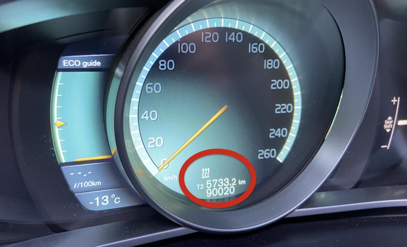 Den här ikonen visar när Volvos bränsledrivna värmare är igång.