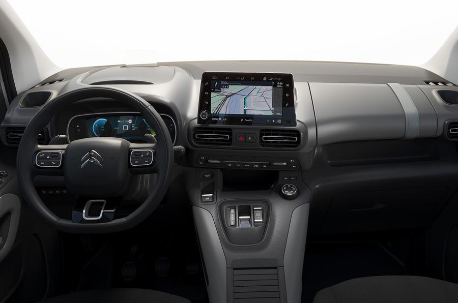 Trots att e-Berlingo alltså bygger på en transportbil har den flera nya teknikfinesser som annars inte brukar finnas i klassen, till exempel head up-display och digitala instrument med en 10-tumsskärm.