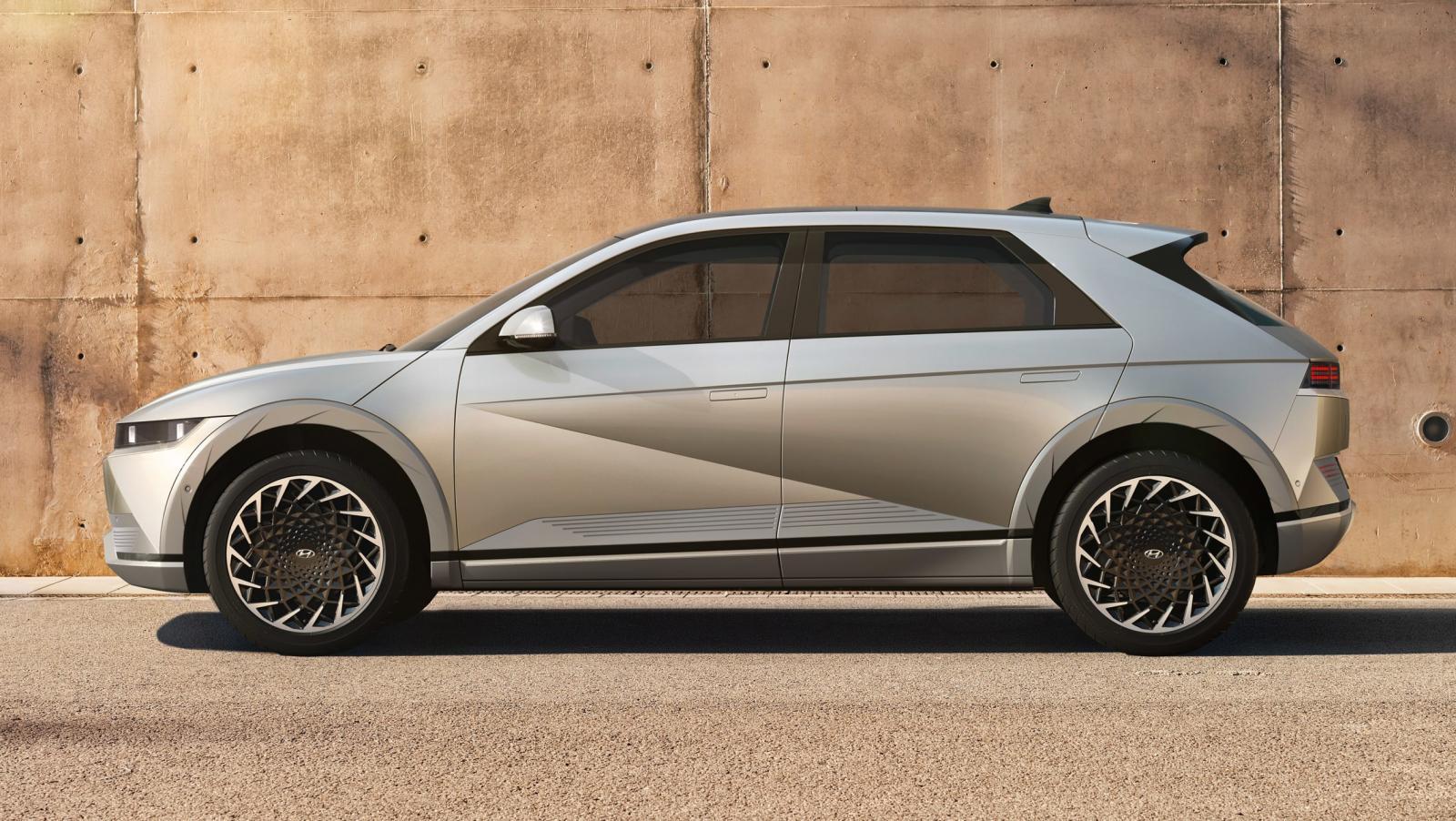 Bilen mäter 4,6 meter på längden, hela 34 centimeter längre än Volkswagen ID 3 och 1,5 centimeter längre än ID 4.