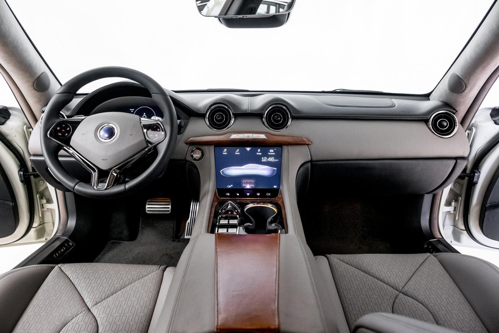 Den uppdaterade versionen får modernare interiör och ny ratt.