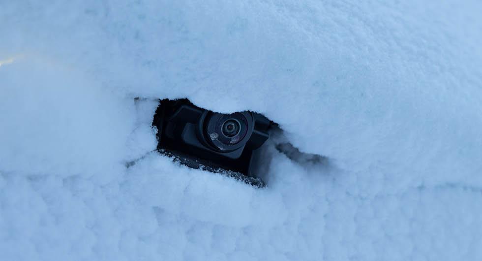 Backkameran i GLB fälls ut vid behov. Det gör att linsen alltid är ren. Motorn är tillräckligt stark för skicka ut kameran genom snötäcket.