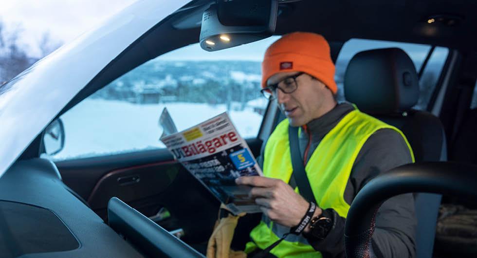 Mercedes har placerat de främre läslamporna under innerbackspegeln. Det gör att passageraren kan läsa sin favorittidning på resan utan att ljusskenet stör föraren.