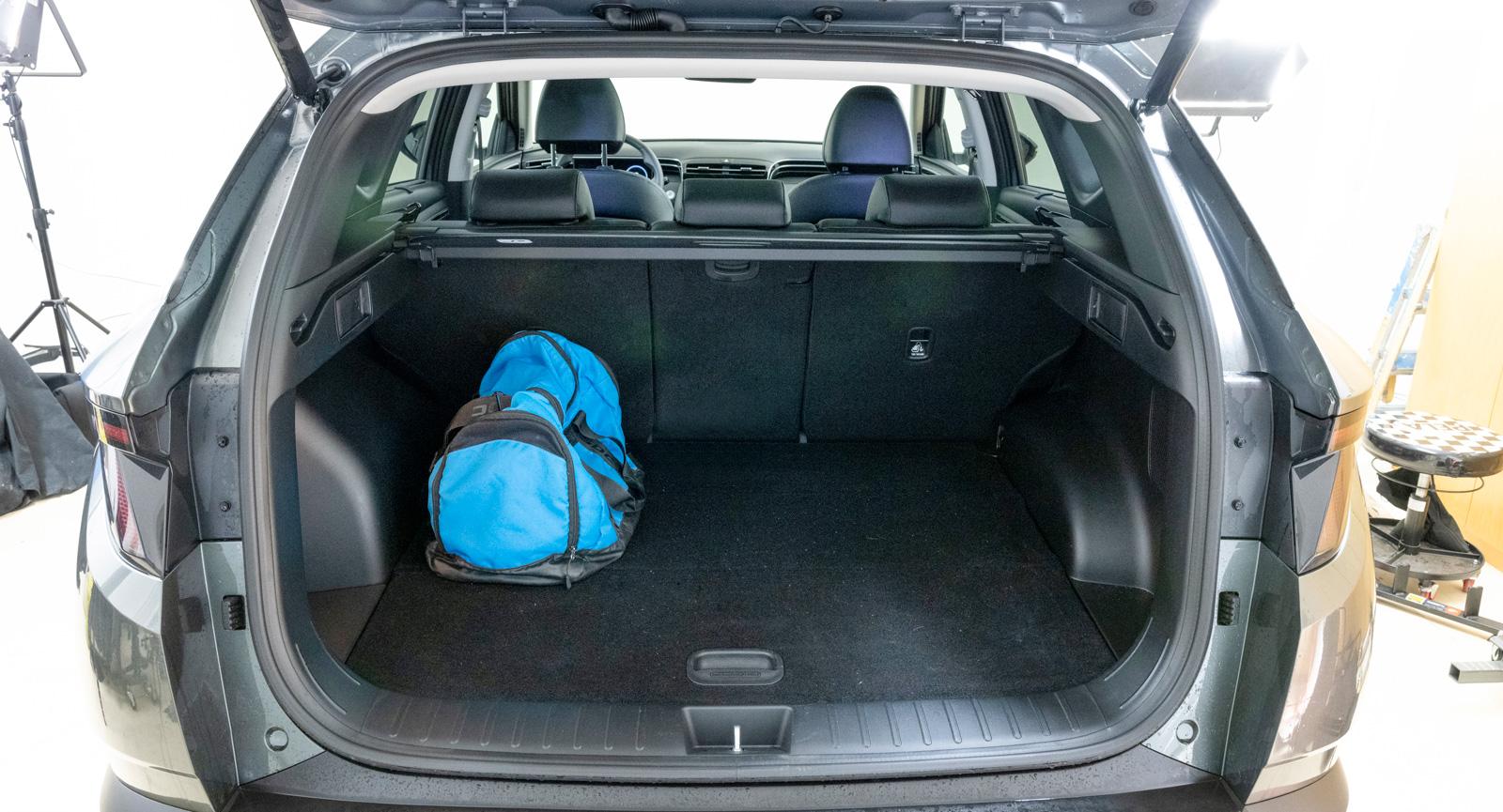 40/20/40-fällning av baksätet är en funktion Tucson delar med Tiguan. Volvo nöjer sig med genomlastningslucka.