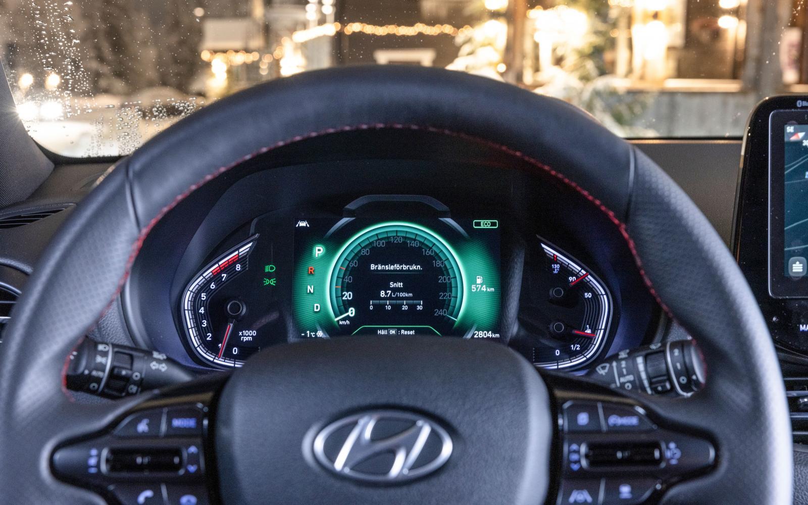 Digitalt mätarkluster är tillval. Lättavläst med tydlig hastighetsmätare. Färgen ändras efter körprogram.