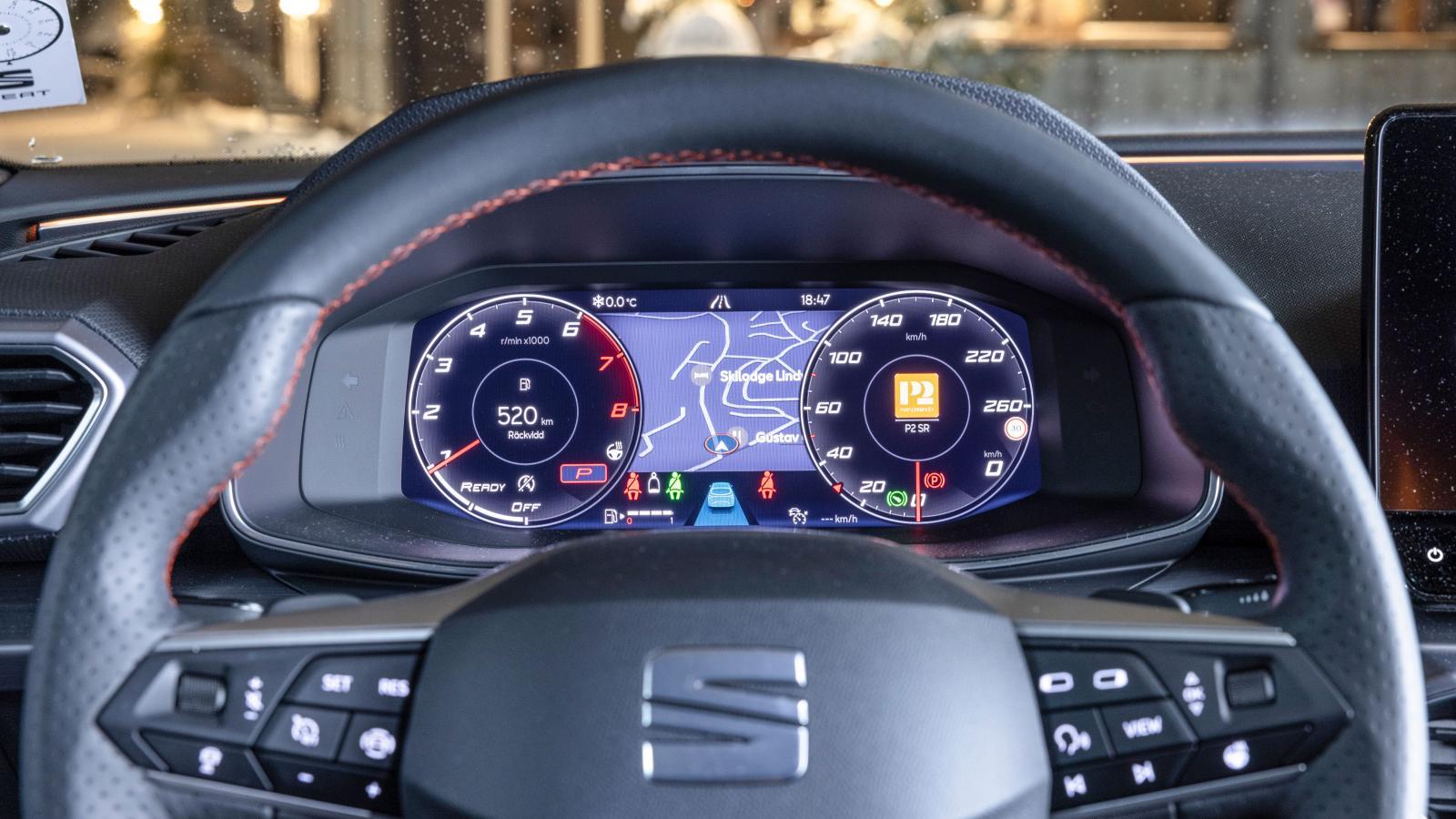 Seats digitala mätarkluster har flera olika vyer, nästan alla med otydlig hastighetsvisning. Filhållningssystemen kräver 3-4 rattknappstryckningar. Suck.