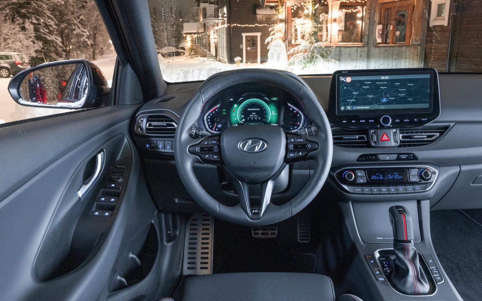 Hyundai: Digitala mätare (med god läsbarhet) och större mediaskärm inför 2021. God sittkomfort, men körställningen är inte lika bra som i Golf/Leon.