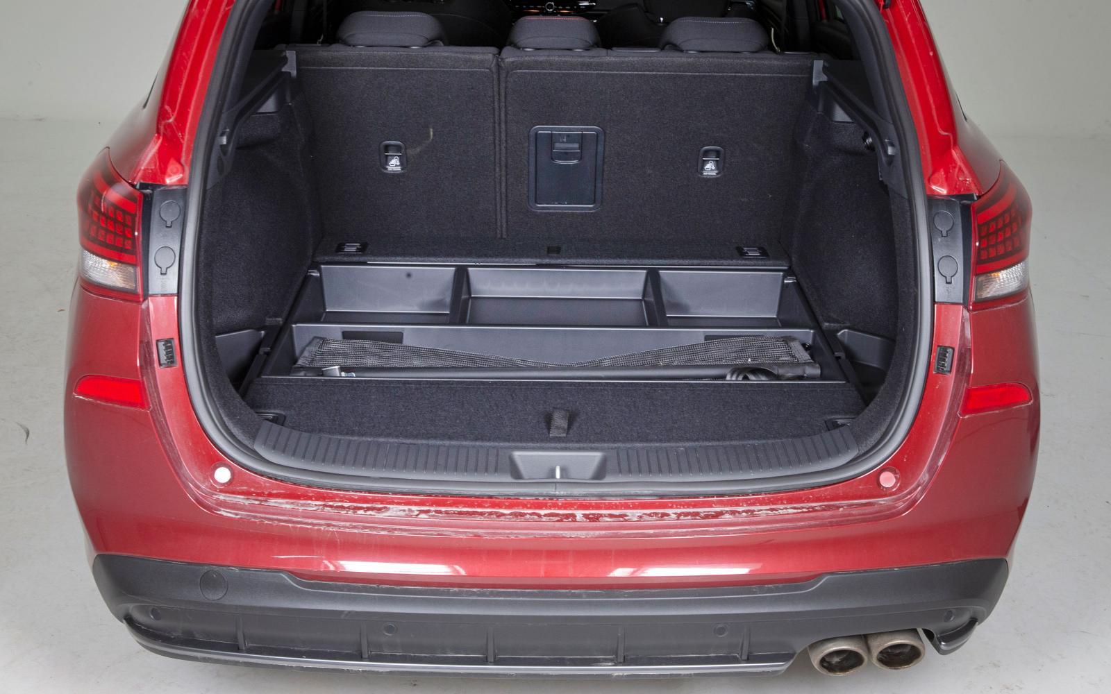 """Under Hyundais lastgolv döljer sig lönnfack för alla """"bra-och-ha-saker"""" som tenderar att alltid ligga i skuffen på landets alla kombibilar.Bredast bagage men sämre utrymme på höjden ger mindre maxlast än Golf/Leon. Baksätet delas 60/40 Irriterande liten genomlastningslucka."""