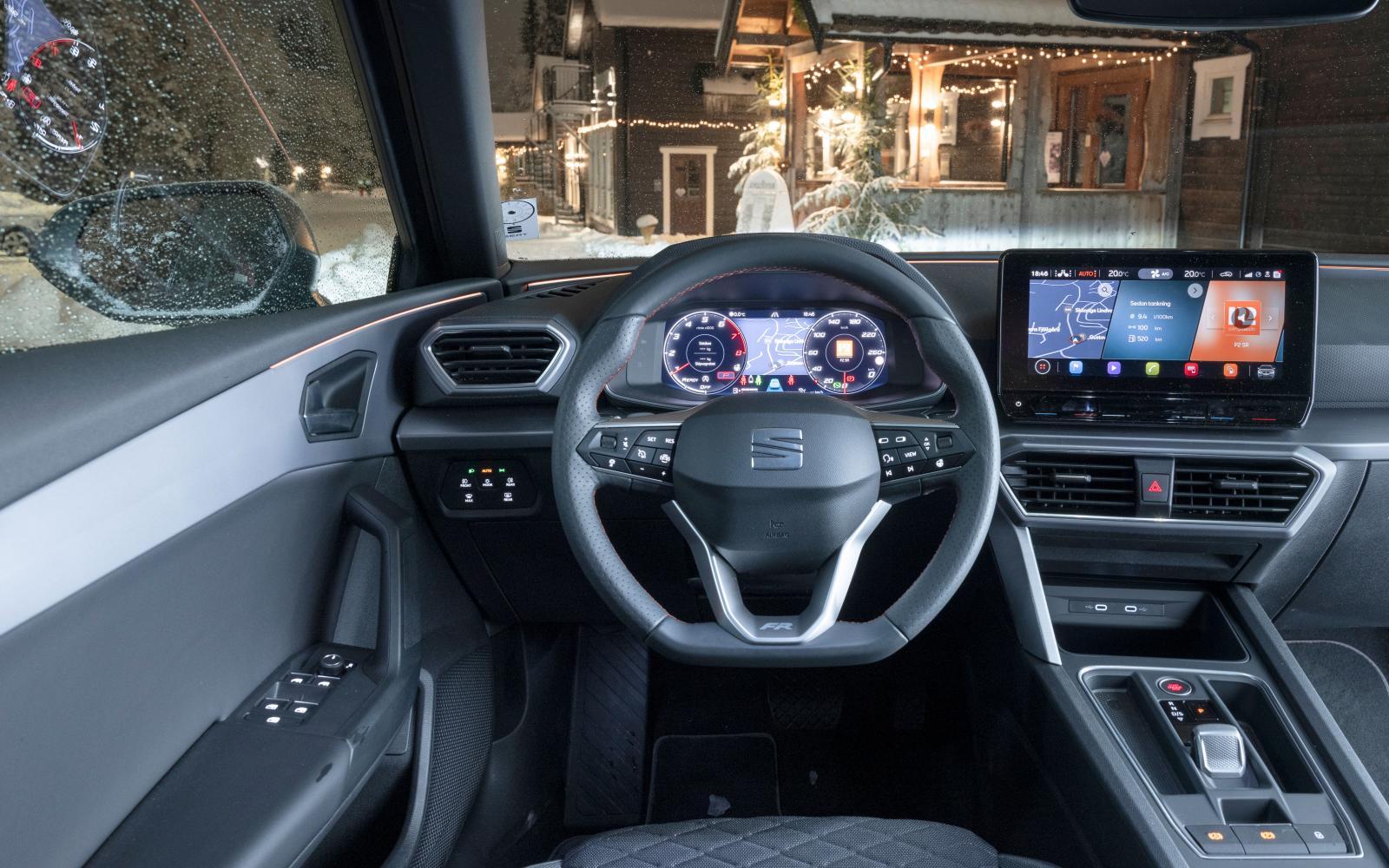 Seat: Bra körställning. Elegant och avskalad interiör. Men förarergonomin lämnar en hel del att önska med krångliga menyvägar och små pekytor.