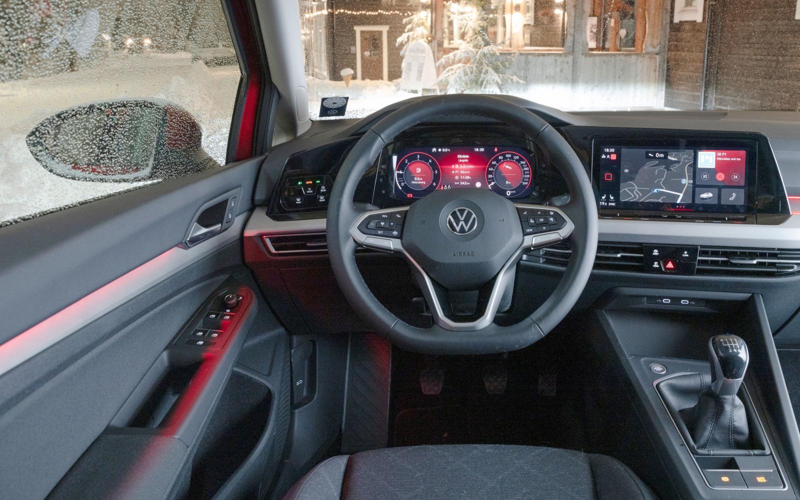 Volkswagen: Klanderfri sittkomfort. Digital hastighetsmätare med små siffror. Menysystemet är mer intuitivt än i Seat och har några fysiska snabbknappar.