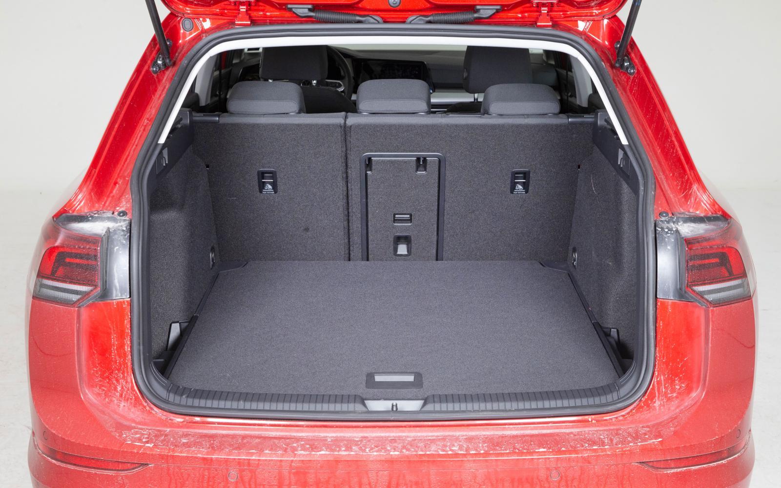 Volkswagen: I princip identisk med Seat Leon med föredömlig flexibilitet. Rakare utformning på bakluckan bidrar till att Golf är lättare att packa full och sväljer mer.