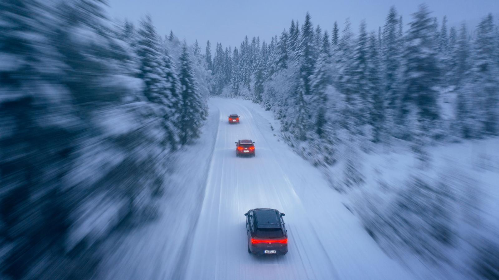 På de snörika småvägarna intill Dalafjällen sladdar spanjoren sist i klungan. Den trivs inte på hala vintervägar. Golf rullar oberörd i täten. Hyundai ståtar med det effektivaste antispinnsystemet.