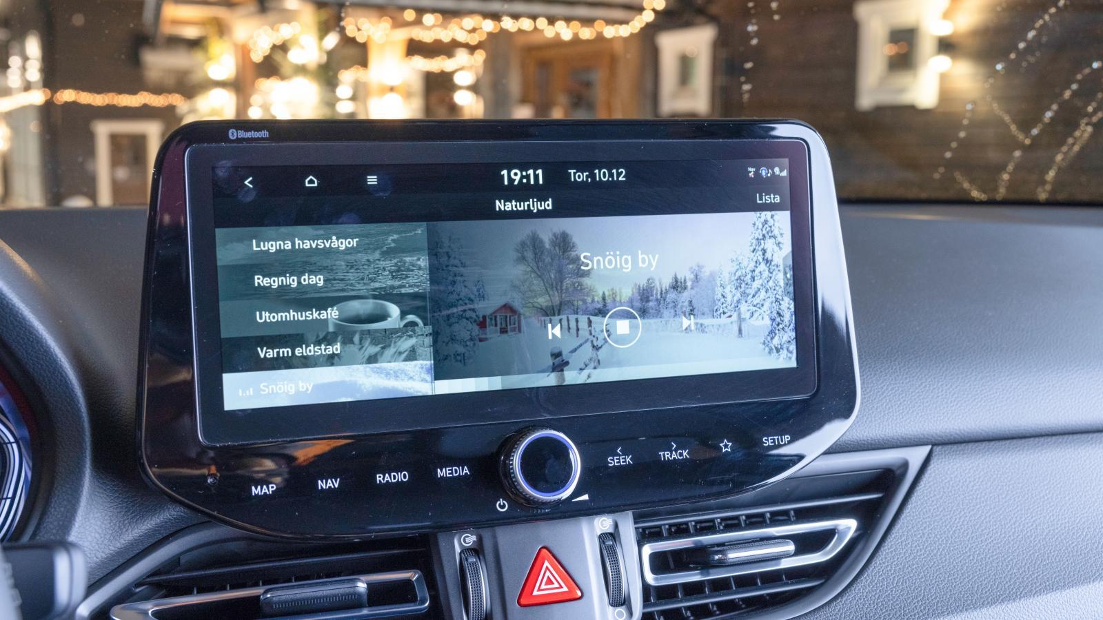 Hyundai: I teknikpaketet (12900 kr) ingår den stora 10,25-tumsskärmen. Snygg grafik med moderna uppkopplingstjänster. Dessutom är huvudmenyn föredömligt dämpad i ljusstyrka och behagligast av bilarna i mörker.
