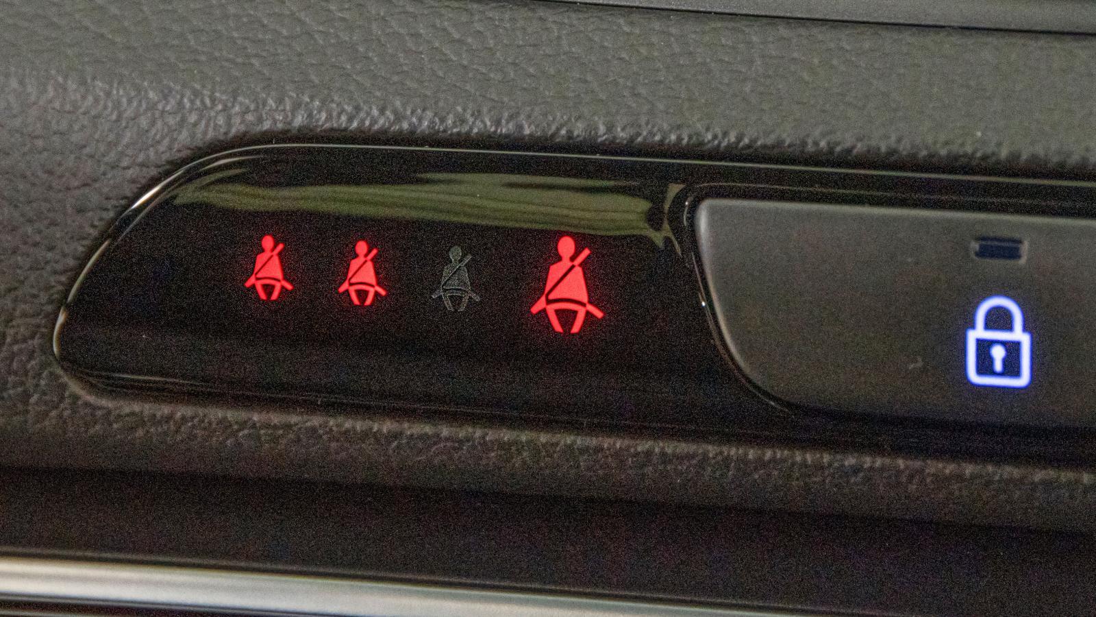 Tydlig information om att alla åkande i Hyundai är bältade.