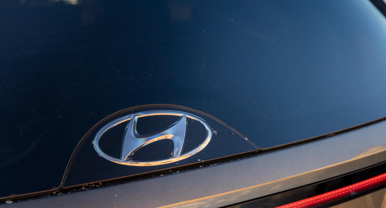 3. Hyundaimärket är infällt i plast, inte glas. Hur många kommer att tänka på det när vindrutan skrapas? Stor reprisk.
